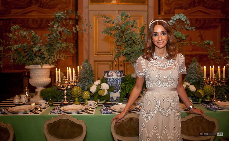 A decoradora Maria Barros junto à sua mesa