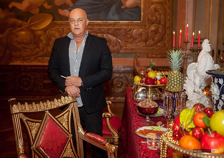 O decorador Salvador Corrêa de Sá junto à sua mesa